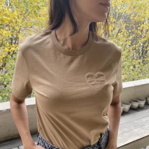 Tee shirt coeur brodé personnalisé beige