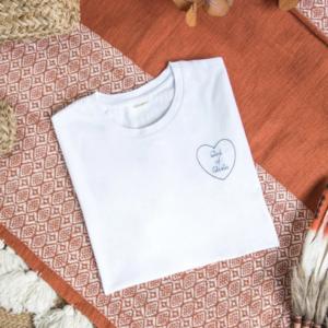 Tee shirt coeur brodé personnalisé blanc coeur bleu marine